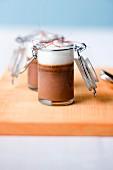 Grand Cru-Schokoladenpudding mit Sauerrahm-Chili-Schaum im Glas