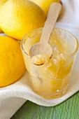 Lemoncurd im Glas und Zitronen