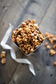 Selbstgemachtes Karamell-Popcorn mit getrockneten Apfelstückchen