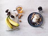Bananeneis mit Keksteig-Streuseln & Schokoladensauce