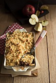 Apfel-Birnen-Crumble in der Backform