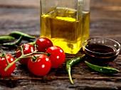 Tomaten, Chilischoten, Balsamicoessig und Olivenöl