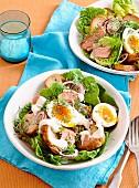 Caesar Salad mit geräuchertem Lachsfilet