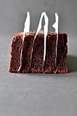 In Scheiben geschnittener Schokoladenkuchen