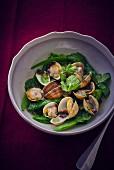 Muscheln mit grünem Gemüse