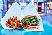 Vegi-Burger mit Halloumikäse und Pommes frites