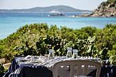 Gedeckter Tisch mit Meeresblick
