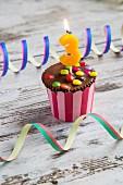 Geburtstagsmuffin dekoriert mit Schokolinsen & Geburtstagskerze