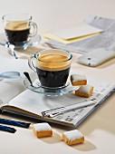 Kaffee und Gebäck auf Notizbuch