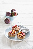 Vanilla tartlets with roasted plums