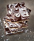 Ein Stapel Brittle mit Matze & Schokolade