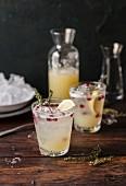 Zitronen Limonade mit Granatapfelkernen und Thymian