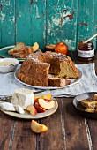Chiffon Cake mit Olivenöl, dazu Käse, Nektarine und Honig