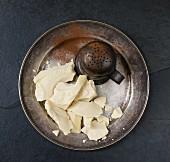 Kakaobutter, Kakao und Kakaostreuer auf Metallteller