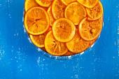 Orangenkuchen vor blauem Hintergrund (Draufsicht)
