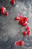 Granatapfelkerne auf Silbertablett