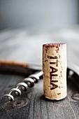 Stillebenm mit Korkenzieher & Korken mit der Aufschrift Italia