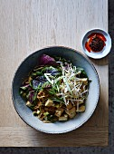 Chow Mein Nudeln mit Tofu, Speck und Ingwer