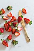 Frische Erdbeeren auf Marmorplatte