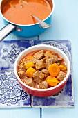 Rindergulasch mit Kürbis und Karotten für Hunde