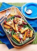 Haloumi mit Honigglasur auf Gemüsesalat mit Granatapfelkernen und Walnüssen