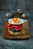 Tapas: Grillbrot mit Blutwurst, Paprikaschote und Wachtelspiegelei