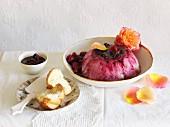 Brotpudding mit Beeren & Rosenwasser (England)