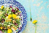 Blattsalate mit Polenta, Oliven und Löwenzahnblüten