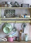 Küchenregal mit verschiedenen Backutensilien im Vintage-Stil