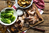 Gebratener Schweinebauch mit Rosmarinkartoffeln, Paksoi und Bier