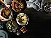 Lamm-Korma & saures Barramundi-Curry mit Beilagen (Asien)