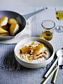Griessbrei mit karamellisierten Birnen und Haselnüssen