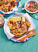 Schweinekoteletts mexikanische Art mit Maisbrot und gebackenen Zwiebeln