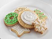 Verschiedene Weihnachtsplätzchen mit Glasur
