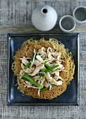 Crispy noodles with chicken, spring onions and bean sprouts (China)