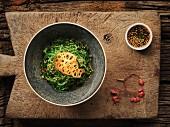 Thailändischer Algensalat mit Sesam und Lotoswurzel