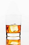 Ein Glas Whiskey mit Eiswürfel