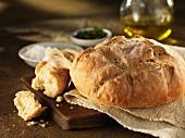 Brotlaib und abgebrochenes Baguette