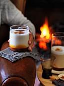 Heiße Milch mit Karamel und Sternanis