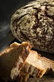 Mehrere Brotscheiben geschichtet vor Brotlaib