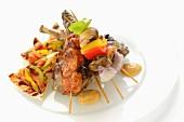 Arabische Grillplatte mit Fladenbrot, Grillfleisch und Grillspiessen