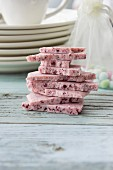Himbeer-Schokolade gestapelt auf rustikalem Holzuntergrund