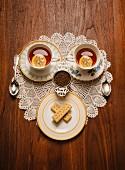 Teatime-Gesicht aus Teetassen und Shortbread