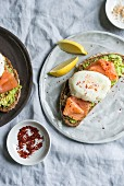 Brot mit Avocado, Lachs und pochiertem Ei
