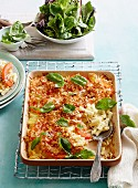 Macaroni cheese with tomato and basil