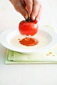 Suppe mit gefüllter Tomate zubereiten