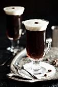 Kaffee mit Likör auf Silbertablett mit Kaffeebohnen