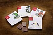 Verschiedene Sorten Domori-Schokolade in Verpackungen