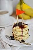 Pancakes mit Ahornsirup und bunten Flaggen
