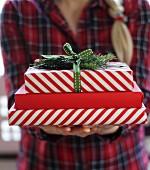 Frau hält gestapelte Weihnachtsgeschenke